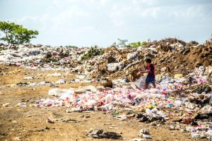 Konsumüberfluss - viele Textilien landen auf der Müllhalde